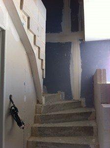 Le travail de maçon de Johan pour le mur de l'escalier...... montage-mur-escalier-224x300